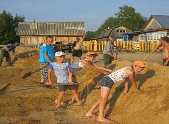 Все ТОСовцы без уговоров подчищали канавы лопатами, раскидывали на дороге грунт. Не остались в стороне и дети.
