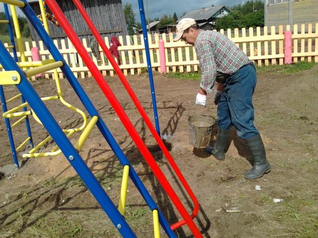 Кипит работа по созданию детской площадки
