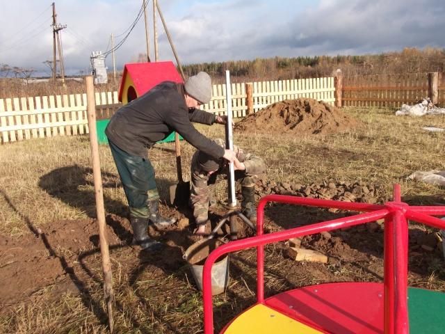 """Строительство детской площадки """"Счастливое детство"""" в деревне Поруб-Кеповская на финишной прямой"""