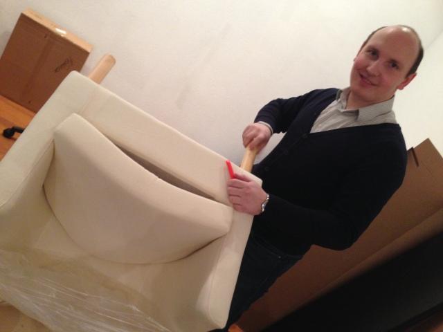 Дмитрий в процессе сборки ножек для кресла.