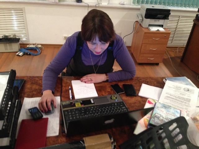 В то время, пока мы полностью были поглощены сборкой мебели, Оксана Григорьевна, глава сп. Спасоруб Прилузского района, работала над своим проектом. Затем за новым собранным столом мы вместе поужинали роллами.