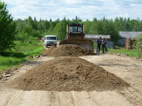 3. Трактор начинает разравнивать дорогу